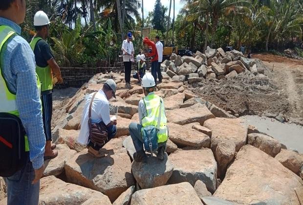 Menyorot Proyek Pengaman Pantai Amping Parak Pessel Ala CV.Asli Daerah Proyek Milik BWSS V